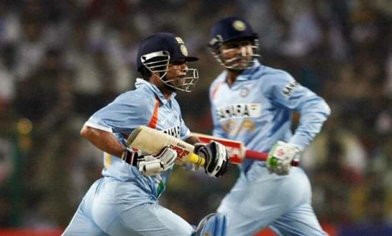Indian cricketers Sachin Tendulkar (L) and Virendra Sehwag run between the wicket during the fourth One Day International