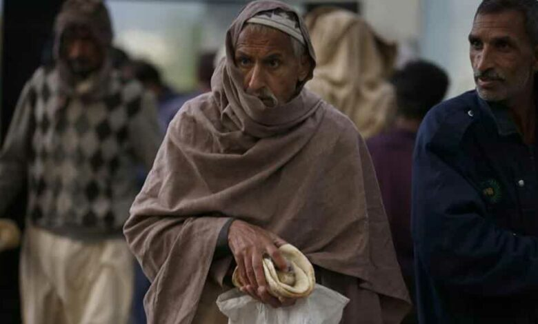 People get free food provided by an NGO  to break their fast on the first day of Ramzan, in Islamabad, Pakistan. Saturday, April 25, 2020.