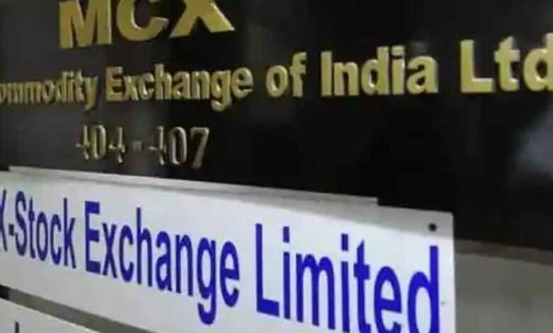 Crude oil contracts on MCX reflect prices on the New York Mercantile Exchange (Nymex) and since Indian commodity markets closed for trading at 5pm on Monday, local traders were unable to exit their positions, while US prices plunged to minus $37.63 later in the night. (HT photo)