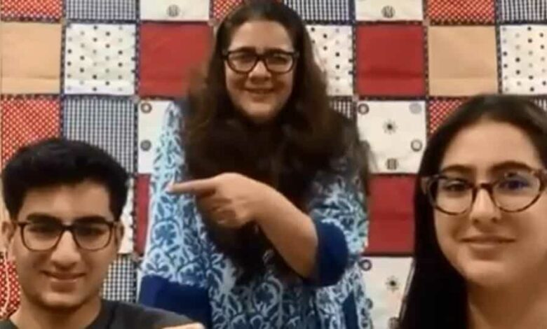 Sara Ali Khan played a game with her mother Amrita Singh and brother Ibrahim Ali Khan.