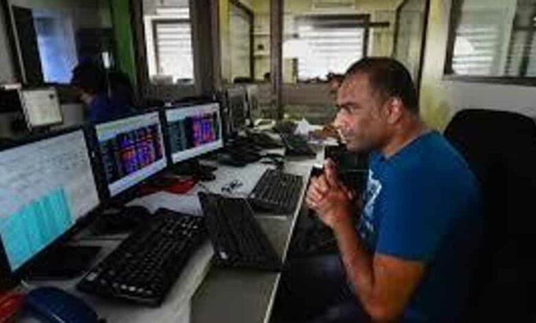 The 30-share BSE Sensex settled 535.86 points or 1.68 per cent down at 31,327.22, while the NSE Nifty declined 159.50 points, or 1.71 per cent, to 9,154.40. (HT photo)