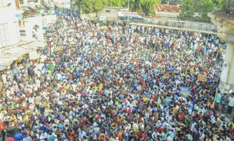 Migrant workers gather in large number at Bandra, Mumbai, April 14, 2020