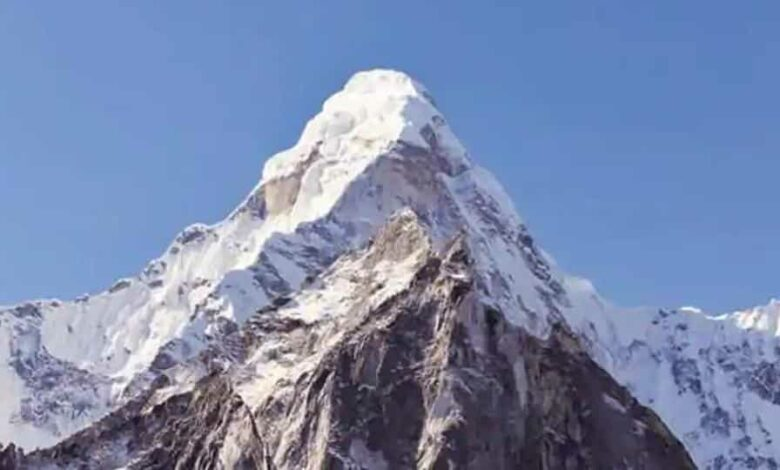 The most-accepted elevation of the mountain, which straddles Nepal and China, is 8848 metres or 20,029 feet confirmed after an Indian expedition in 1955. (HT Photo)