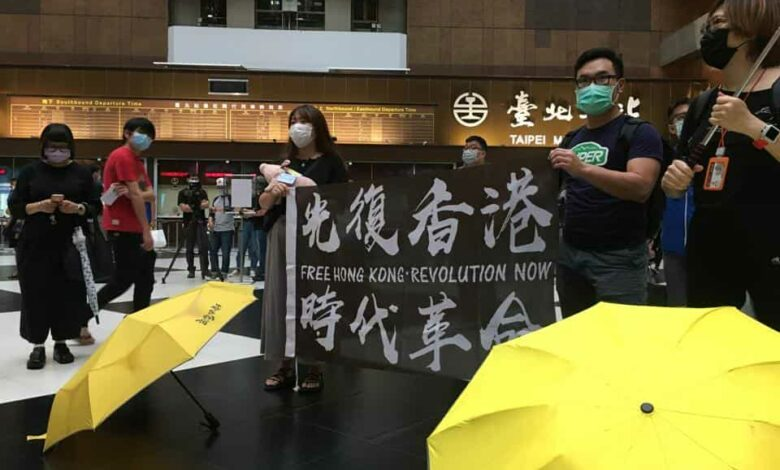 Protesters holding a banner in support of Hong Kong pro-democracy demonstrators attend a rally against the Chinese government's newly announced national security legislation for Hong Kong, at Taipei main train station in Taiwan May 23, 2020. REUTERS/Ben Blanchard
