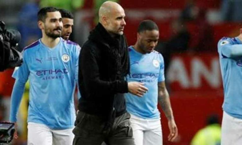 Manchester City manager Pep Guardiola and the Manchester City players look dejected after the match.