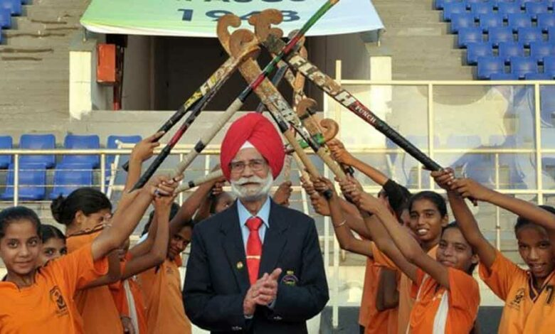 Balbir Singh Sr being given guard of honour by young hockey trainees during the commemorative function.